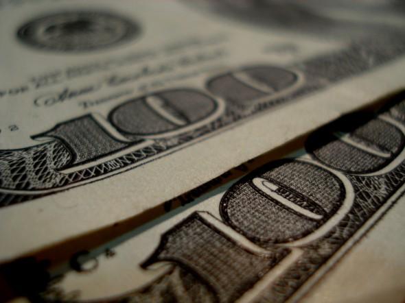 Två hundradollarssedlar