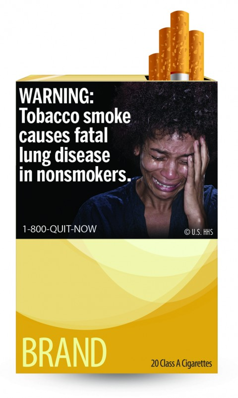 Kvinna som gråter förtvivlat, cigarettrökning