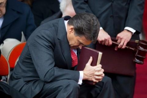 Rick Perry ber med Bibeln